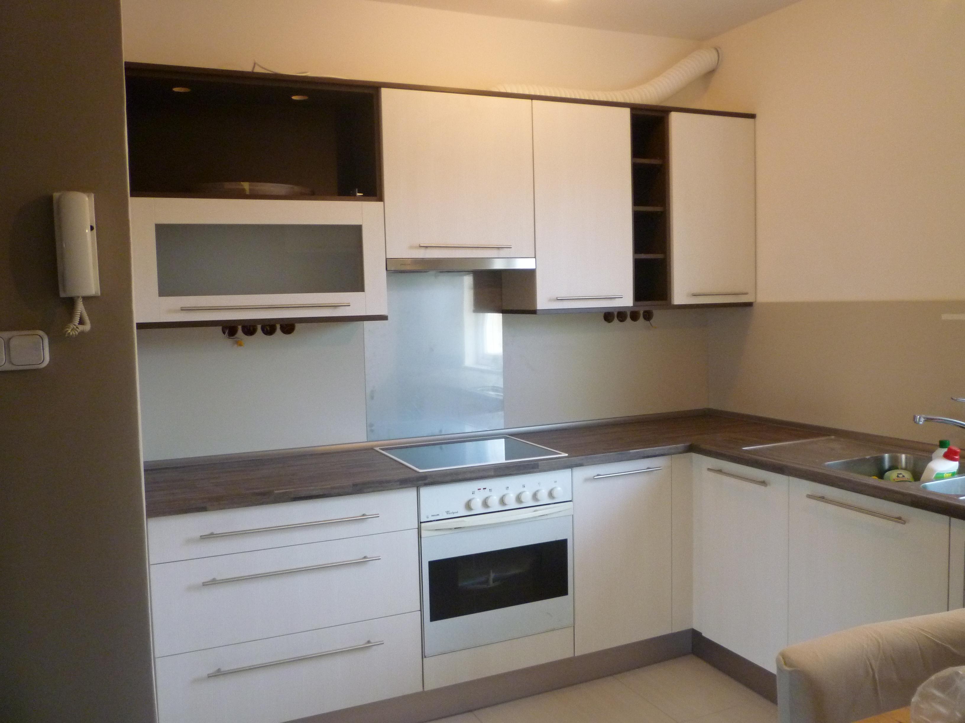 Modern konyha fehér-dió színben - Konyha-szerviz Stúdió Bt.