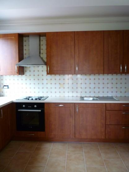 Modern konyha mahagóni színben kivitelezve