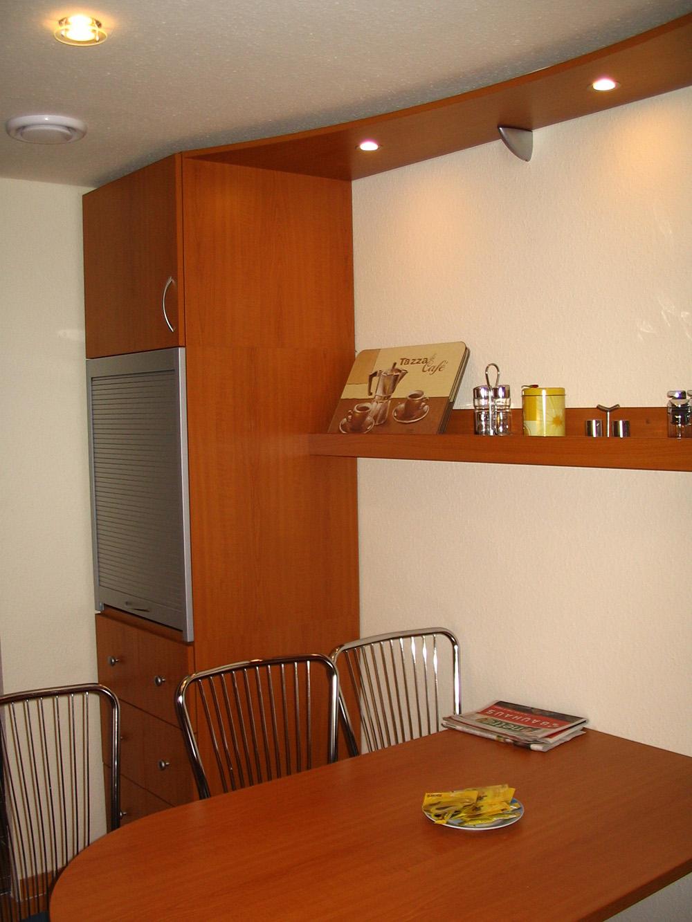 Kiegészítő bútor - íves étkezőasztal