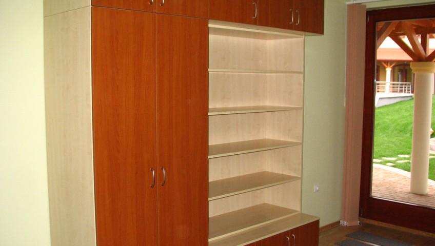 szekrénysor könyvespolccal