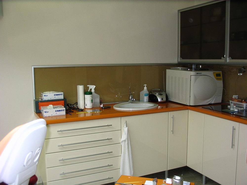 Fényes festett MDF ajtós orvosi rendelő szekrény