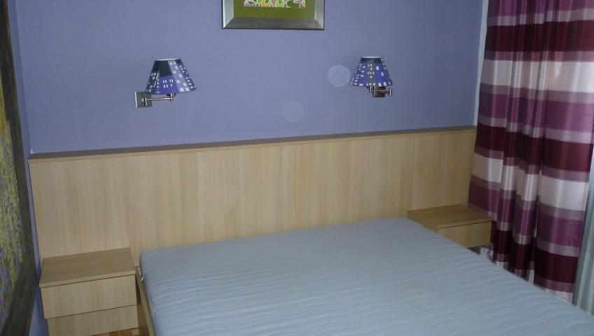 Hálószobabútor - éger fejtámlával, éjjeli szekrénnyel