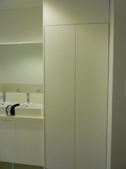 Fürdőszobabútor - ajtó mögött toalett van eldugva