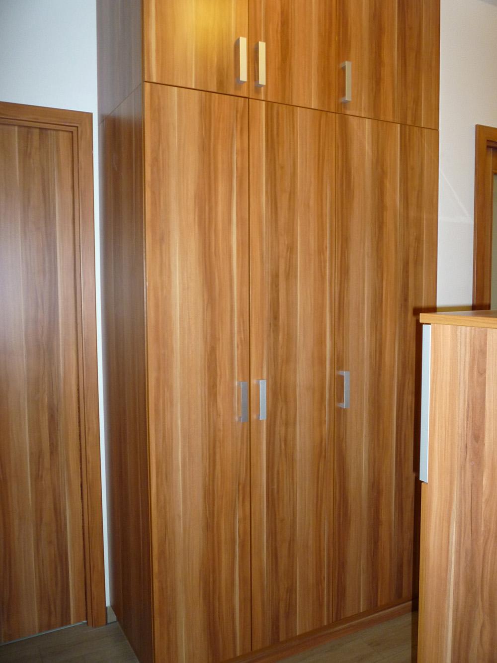 Egyedi gardróbszekrény nyíló ajtókkal családi ház közlekedőfolyosóján elhelyezett Gardróbszekrény nyíló ajtóval