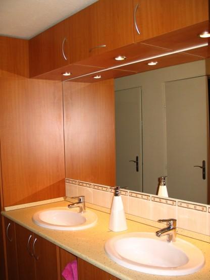 Fürdőszobabútor beépített világítással - dupla mosdós beépítés