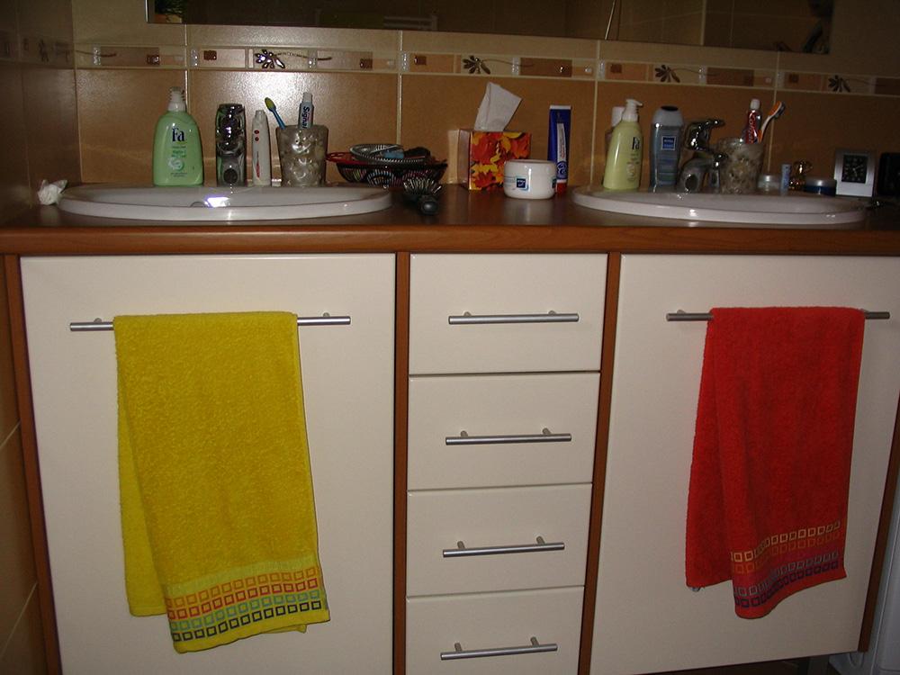 Fürdőszobabútor - dupla mosdós kombináció, cseresznye-fehér