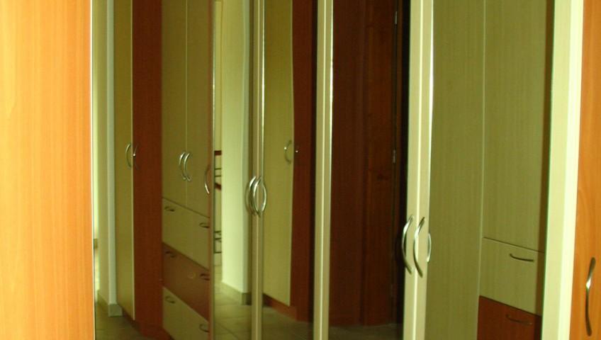 Tükörajtós gardróbszekrény nyíló ajtókkal