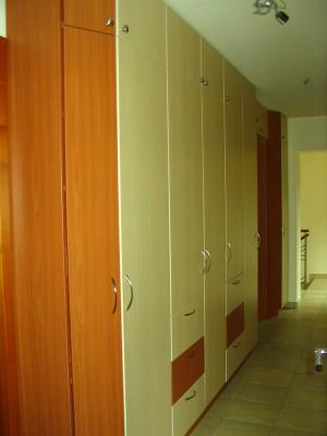 előszobai Gardróbszekrények nyíló ajtókkal