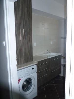 Fürdőszobabútor - fürdő rész a dupla ajtó cirkót rejt el
