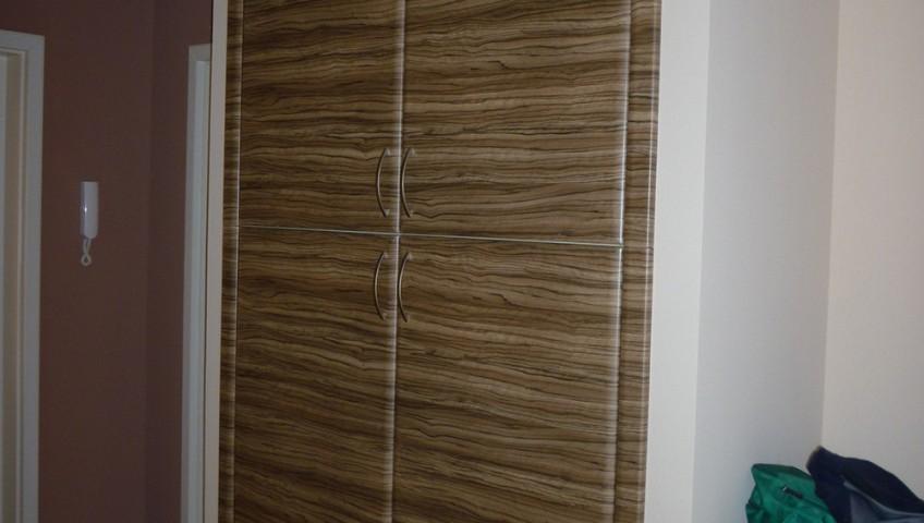 falnyílásba épített gardróbszekrények nyíló ajtókkal