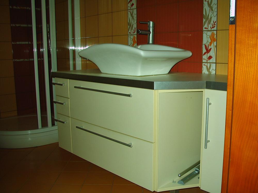 Fürdőszobabútor - falon függő vanília színű mosdós szekrény - egyedi beépítésű