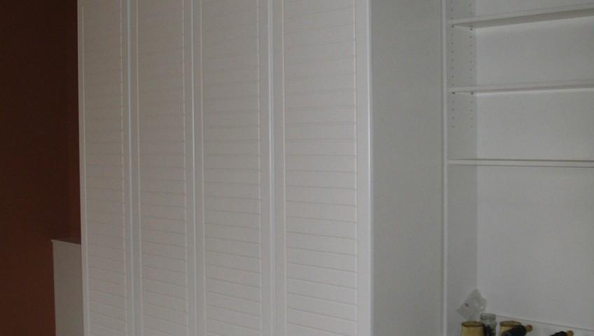 Festett, fehér gardróbszekrény nyíló ajtókkal
