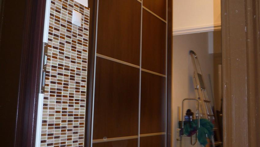Gardróbszekrény tolóajtóval osztott ajtókkal