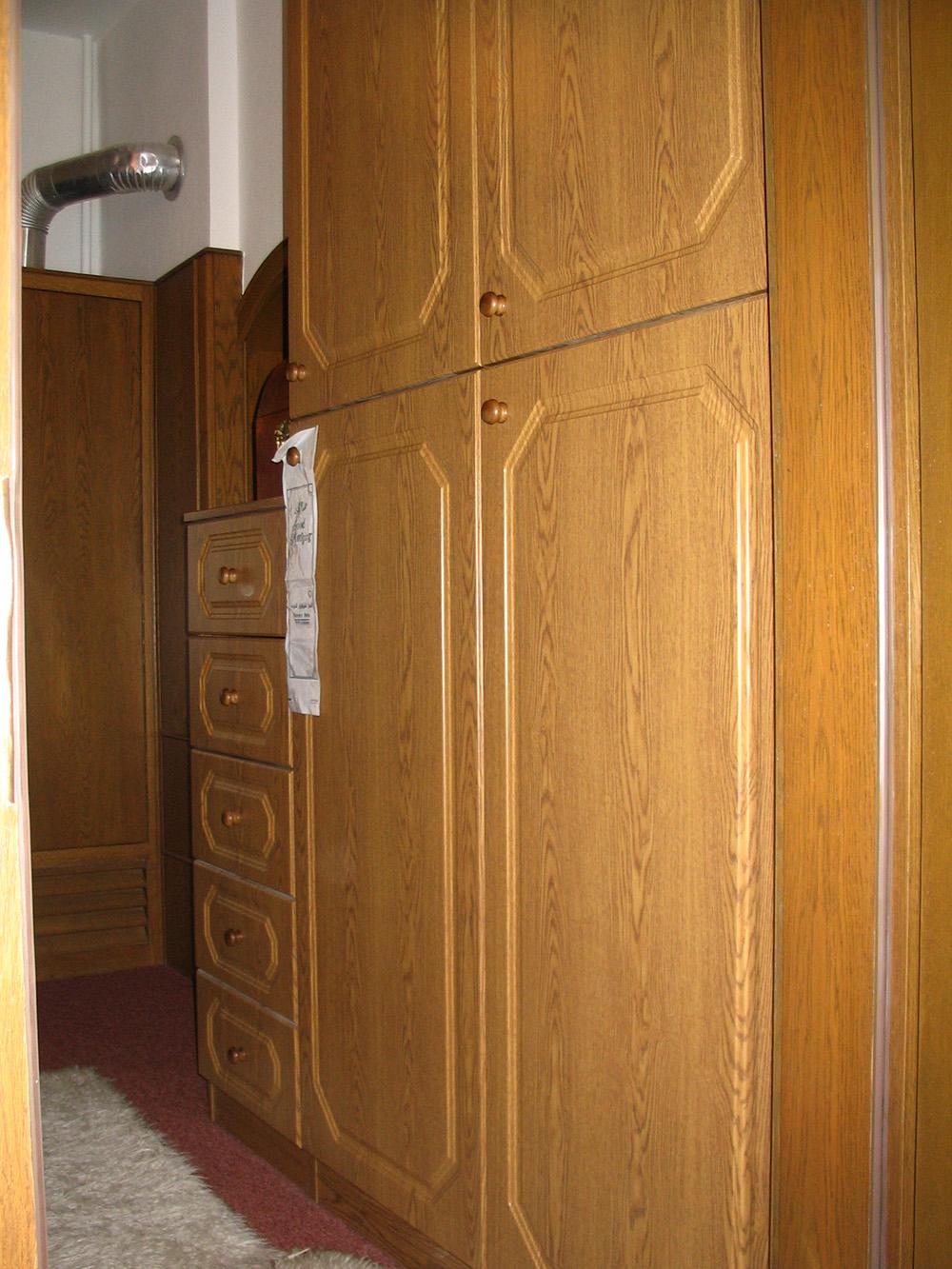 Gardróbszekrény nyíló ajtókkal