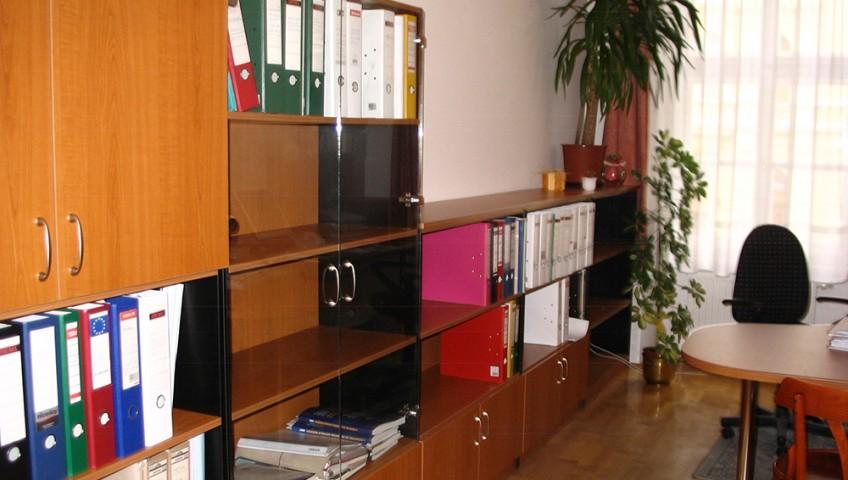 Irodai szekrények - lépcsőzetes, üvegajtóval