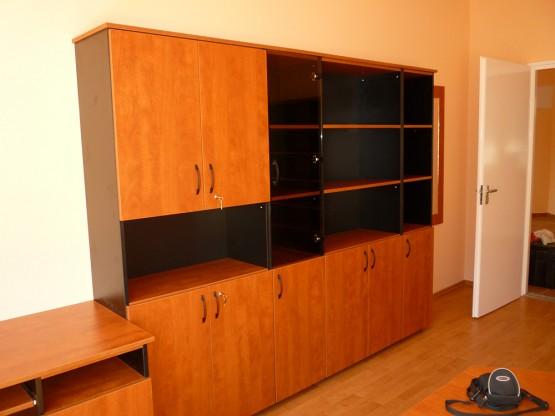 Irodabútor - szekrény üvegajtóval kombinálva