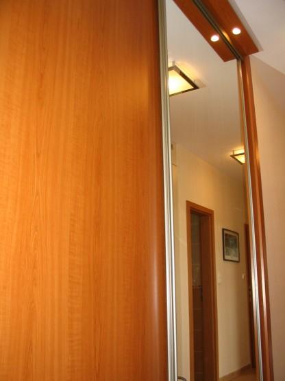 A fa és a tükör kombinálása nem csak praktikus, hanem elegán is, ráadásul a tükör-tolóajtóval történő beépítés funkcionális célokat is kielégít.