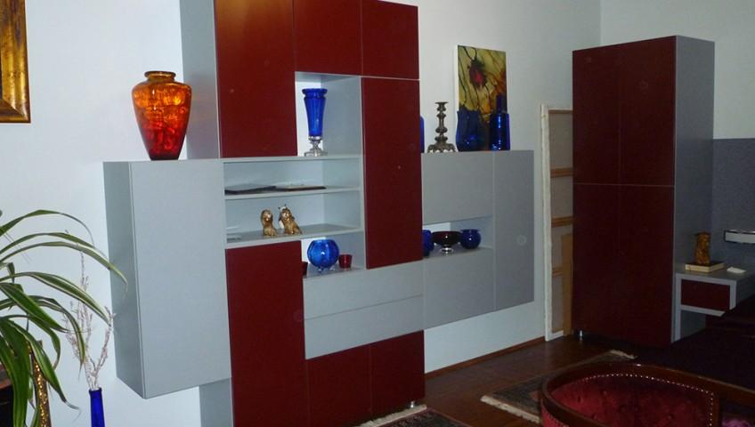 Nappali bútor különleges formájú - szürke-bordó színösszeállítás