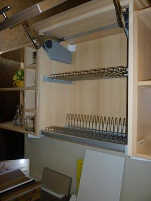 Jó megoldás kicsi konyhákban, ha nem a pultra kell elhelyezni, az elmosott edényeket.
