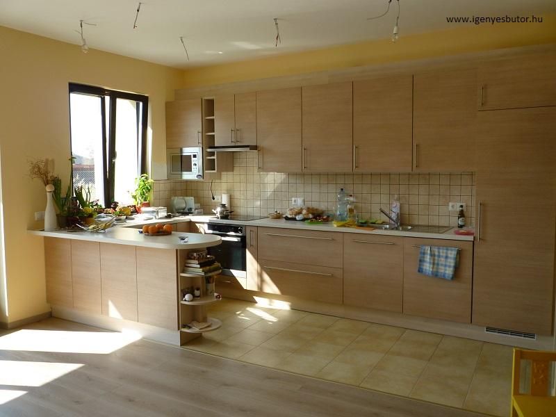 Egyedi konyha laminált padlóval és kő burkolattal