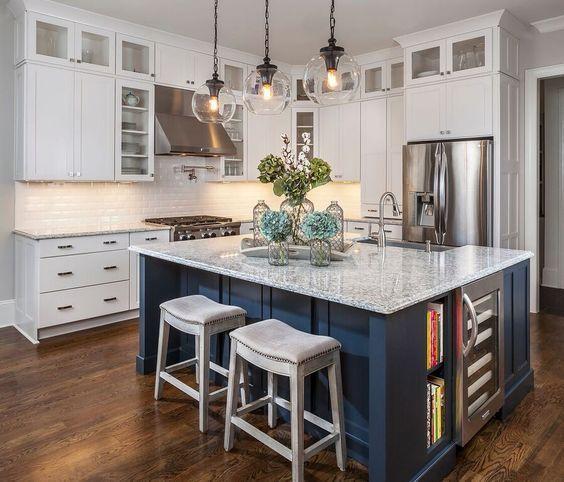 A laminált padló szép és modern hatást kölcsönöz a konyhának.