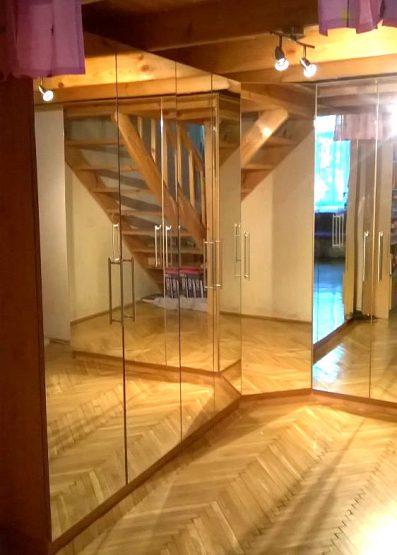 L-alakú tükrös gardróbszekrény.