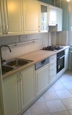 Magas fényű vagy matt - matt - A képen egy XIII. kerületi panellakásba készült konyhabútor látható.
