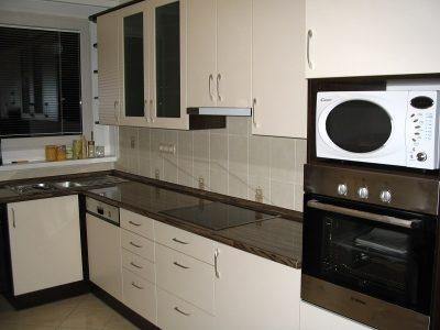 fehér és korall modern konyha