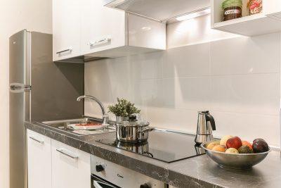 minimalista legénylakás konyhája