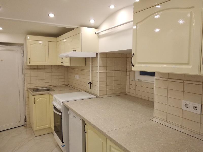 Ez a vanília színű konyhabútor egy kiadásra szánt lakásba készült.