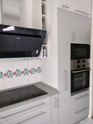szürke konyha magasan elhelyezett sütővel