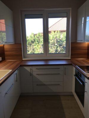 Az elkészült konyha felfele nyíló ajtókkal letisztult eleme lett a lakásnak.