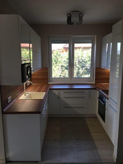 konyha felfelé nyíló ajtókkal