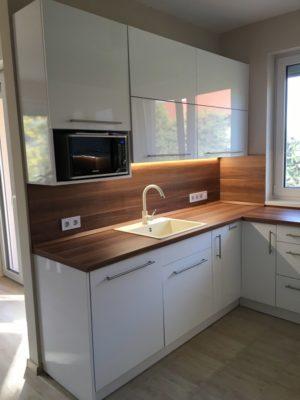 konyha felfelé nyíló ajtókkal bal oldala - konyhai hátfa