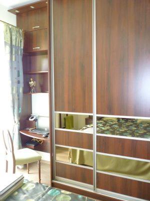 Ezen a képen a hálószobában található gardróbszekrény mellett kialakított munka sarok látható.