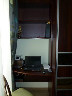 Hálószobában található gardróbszekrény mellett kialakított home office.