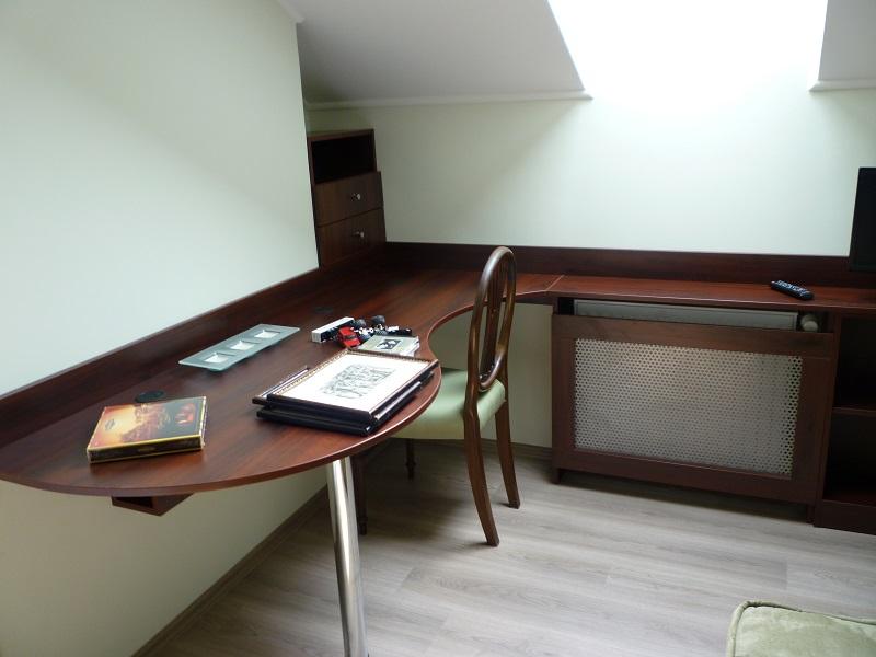 Itt a tetőtéri helyet használtuk ki. A home office kialakításánál a legtöbb esetben az se akadály, ha radiátor van az íróasztal elhelyezésére kinézett sarok közelében.