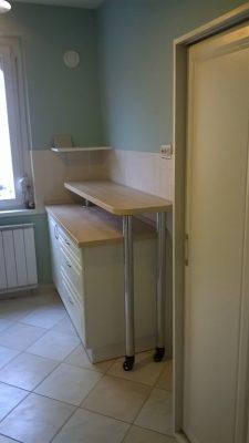Használaton kívül a forgatható pult elfordítható a jobb oldali falra. - panellakásba készült konyha
