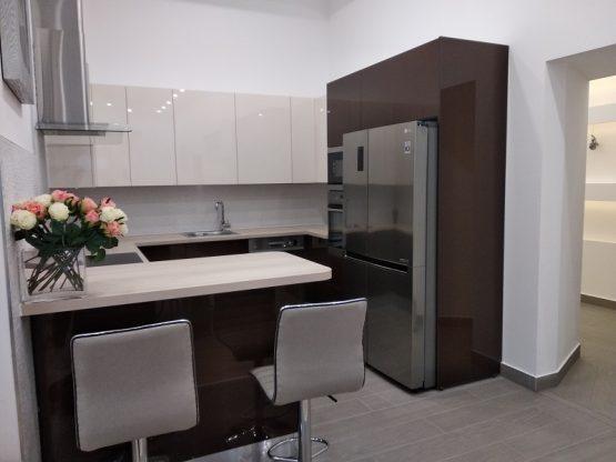 Ez a modern, magasfényű konyhabútor egy eladásra szánt lakásba készült.