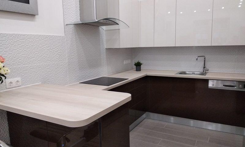 Az amerikai hűtőszekrény oldalát is eltakartuk egy, a magasfényű konyabútor anyagából készült lappal.