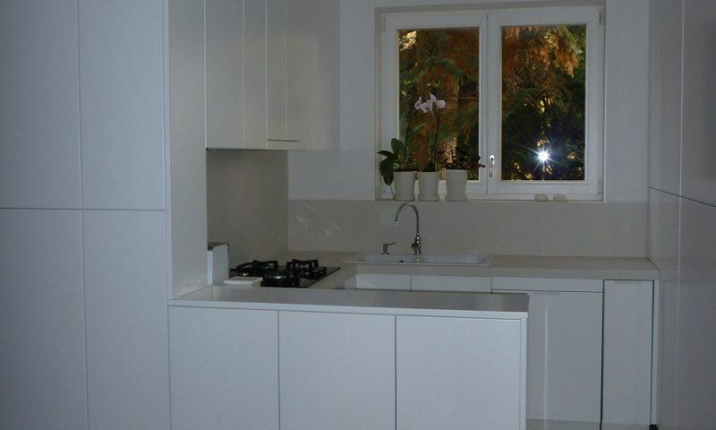 Abszolút minimalista fehér konyhabútor.