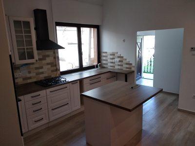 Ez a festett konyhabútor klasszikus mintával egy több szempontból is különleges konyha.