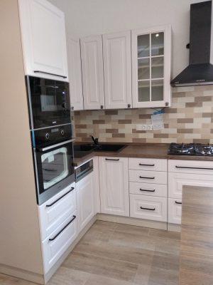 Ez a festett konyhabútor 90 cm magas felső szekrényekkel készült.
