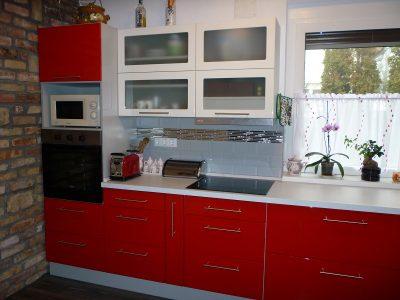 Egy fiatal pár számára készült ez a modern, magasfényű festett konyhabútor.