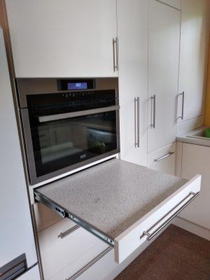 A legtöbb kis konyha esetében nincs elegendő pult. Erre megoldás lehet a kihúzható pult. Ilyenkor a munkapult alól, mint egy fiókot, egy kisebb pultot tudunk kihúzni.