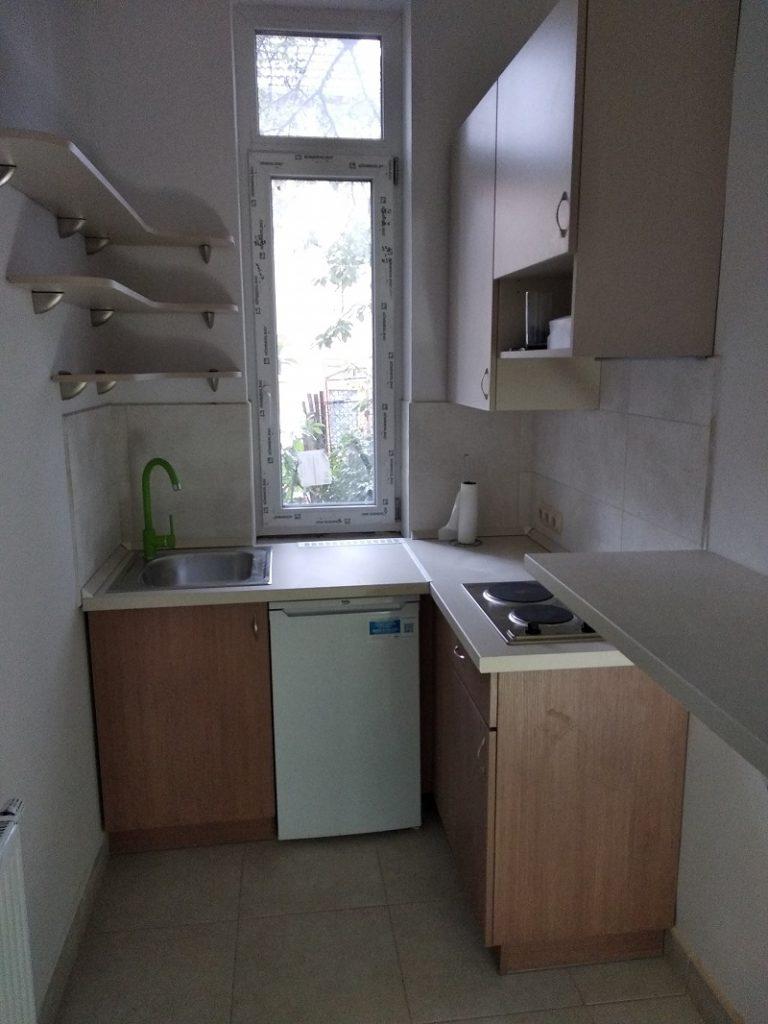 A pici lakásoknál a hűtő elhelyezése nagy gond lehet. Erre megoldás a pult alá építhető hűtő.