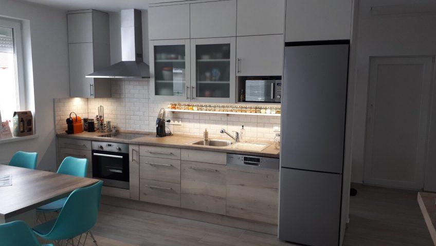 Kis konyha praktikus megoldásai - Szürke és sonoma tölgy színű konyha