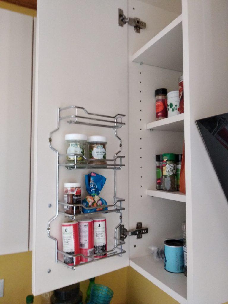 A fűszerek tárolására ilyen, a szekrényajtó belső felére ilyen rácsot is lehet szerelni a fűszerek részére.