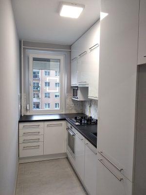 A magasfényű panelkonyha még modernebb lett a hosszúkás, vízszintesen elhelyezkedő fogantyúknak köszönhetően.