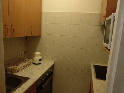 A főzőfülke apró méretének ellenére sikerült mindent bepréselnünk és egy praktikus konyhát készíteni.
